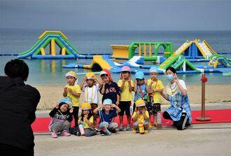 海開きを喜ぶ子どもたち=3日、沖縄県豊見城市豊崎の「オリオンECO美らSUNビーチ」