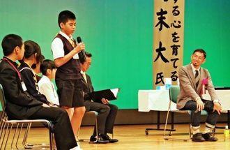 「挑戦する心」について語り、子どもたちの質問に答えた為末大さん(右)=宮古島市・マティダ市民劇場