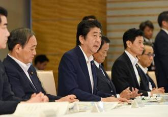 西日本豪雨の非常災害対策本部の会合で発言する安倍首相(中央)=17日午前、首相官邸