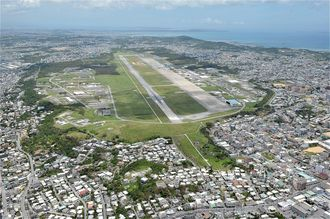 宜野湾市の全面積の4分の1を占める普天間飛行場=2011年6月