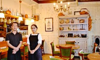 店主の島袋貴行さん(左)、美智子さん夫妻。こだわりのアンティーク雑貨や小物が並ぶ落ち着いた雰囲気の店内で=10月19日、沖縄市高原