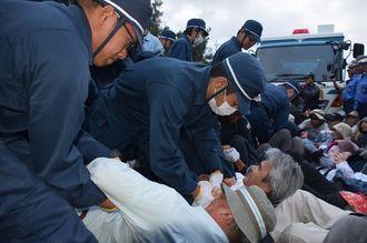 市民を排除する県警機動隊ら=11月5日、名護市辺野古の米軍キャンプ・シュワブのゲート前