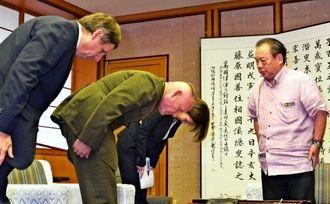 安慶田光男副知事(右)に女性遺体遺棄事件について謝罪するローレンス・ニコルソン四軍調整官(左から2人目)、ジョエル・エレンライク在沖米国総領事(左)=20日、沖縄県庁