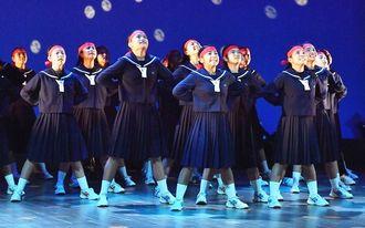 校歌に乗せた古堅中ダンス部のパフォーマンス。静と動が入れ替わる多彩なフォーメーションで観客をひきつけた=2018年12月9日、うるま市民芸術劇場