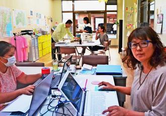 沖縄じゃんがら会会長の桜井野亜さん(右)。事務所では被災者同士が悩みを共有したり、打ち合わせできるスペースもある=11日、浦添市内間