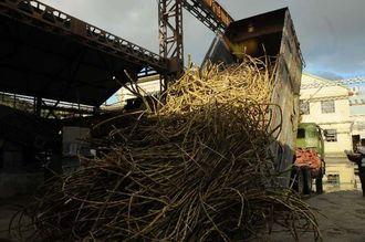 翔南製糖が操業を開始。本島でもサトウキビの出荷シーズンに入った=15日午前8時20分ごろ、豊見城市長堂の同社