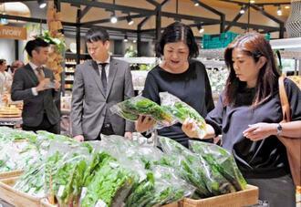 プレオープンしたロージャースフードマーケットで品定めをする買い物客ら=22日、沖縄市