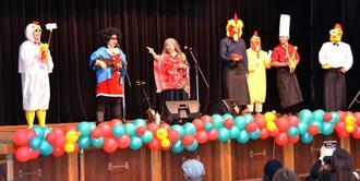 他の出演者とともに歌を披露する古謝美佐子さん(左から3人目)=22日、宜野湾市立中央公民館