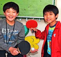 [ひと粋]/大城我玖斗君(10)=右/渡慶次洋輝君(9)/若狭児童館で卓球を猛練習/難しいほど楽しめる