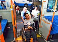 車椅子の乗車を快適に 沖縄バスが新人研修 鍵はもちろん「利用者目線」