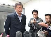 米軍ヘリ不時着:防衛局長、沖縄県に説明 知事公室長「納得できない」