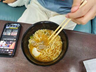大好きな韓国のポピュラー音楽K-POPを聴きながら、食事を取るスミレさん(提供)