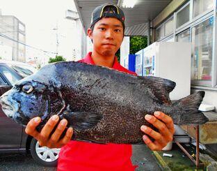 阿嘉島で59・3センチ、3・32キロのガラサーミーバイを釣った渡慶次竜士さん=9日