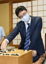 囲碁の第45期碁聖戦5番勝負で3連勝してタイトルを獲得し、対局を振り返る一力遼新碁聖=14日午後、東京都千代田区の日本棋院