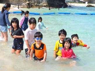 初泳ぎを楽しむ子どもたち=2日、那覇市波の上ビーチ