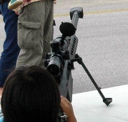 基地開放イベント「普天間フライトラインフェア」で展示された実物の銃器=7日、米軍普天間飛行場
