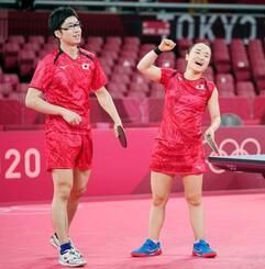 混合ダブルス1回戦を突破し、準々決勝進出を決めて喜ぶ水谷隼(左)、伊藤美誠組=東京体育館
