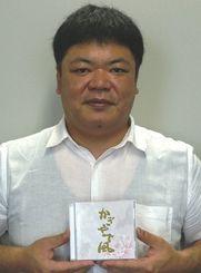 CD「かぎやで風」を手にする花城英樹=那覇市・沖縄タイムス社