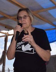 米軍キャンプ・シュワブのゲート前で辺野古新基地建設に抗議する市民らを訪ね、あいさつするアン・ライトさん=8日午前、名護市辺野古