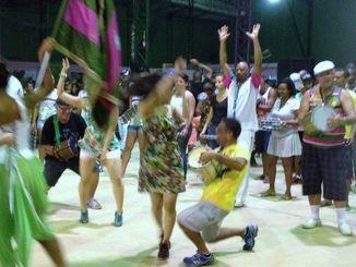 地元サンバチームの歓迎を受け、踊りまくる私(中央)=サンビセンテ  市、2014年2月18日
