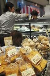 「カフェ&スイーツフェア」でお目当ての品を買い求める来場者=2日、那覇市・タイムスビル