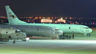 嘉手納基地に到着した2機のP8A哨戒機(右の2機)=1日午後9時50分すぎ、同基地
