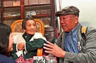 2・28事件で弟が被害を受けた呂姿蓉さんを自宅に訪ねた青山惠昭さん(右)=3日午後、台湾基隆市の和平島