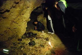 (資料写真)チビチリガマの奥、遺骨や当時の遺品=2014年4月5日
