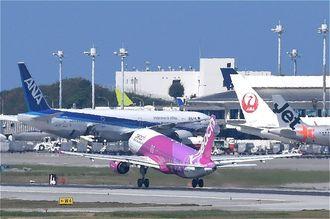 航空各社の機体で混み合う那覇空港(資料写真)
