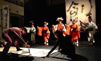 共演する新里利浩さん(左)と玉城流敏風会の踊り手=23日、西原町のムーンテラス東崎