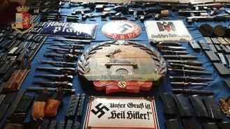 押収された大量の武器=15日、イタリア・トリノ(POLIZIA DI STATO提供、ロイター=共同)