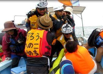 抗議船でもみ合う市民と海上保安庁の職員=4月29日、名護市辺野古沖
