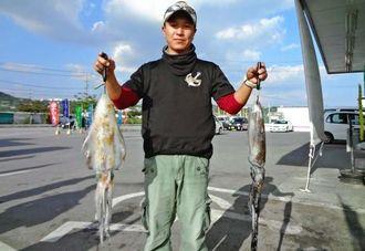 23日、津堅で1・5キロと1・01キロのシルイチャーを釣った勝連CFCの中山幸人さん