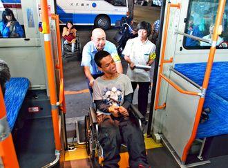低床バスを使った沖縄バスの新人運転手研修。ネパール人の障がい者も参加し、利点や課題を共有した=14日、那覇市旭町
