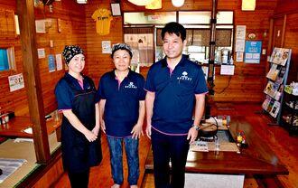 (右から)オーナーの仲田哲善さん、厨房に入る母のスミ子さんと金城千秋さん。店内は広々としており、コワーキングスペースとしても貸し出している=7月30日、宜野座村惣慶