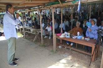 代わる代わるマイクを握ってあいさつする集会の参加者ら=6日、名護市辺野古の米軍キャンプ・シュワブゲート前テント
