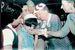 「沖縄の小さなヘレン・ケラー」といわれる仲井間栄子さんを慰めるヘレン・ケラー女史=1955年5月27日、那覇空港(ニューラルネットワークでカラー化)
