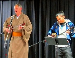 和服姿で登場し「サンシンの日」を祝った司会のグレッグさん(左)ら