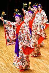 気品ある踊りを見せた眞境名結子琉舞道場の「稲まづん」=5日、名護市民会館
