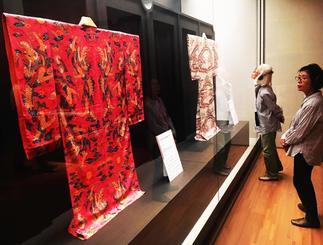 尚家に伝わる品々を鑑賞する招待客ら=17日、東京・六本木のサントリー美術館