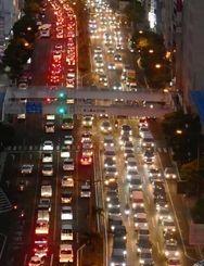 平日夕方の渋滞が常態化している国道58号=17日午後6時すぎ、那覇市松山