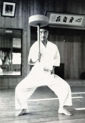 19歳のころ、鍛錬する東恩納盛男氏(提供)