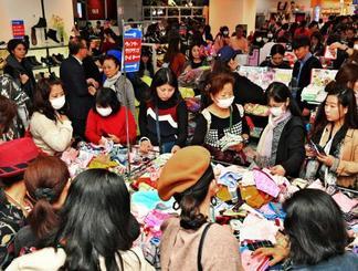 初商いに多くの買い物客が詰め掛けにぎわった=2日午前、那覇市久茂地・デパートリウボウ(落合綾子撮影)