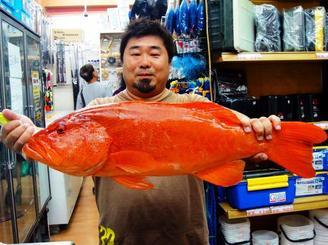 名護湾で73センチ、4.55キロのアカジンを釣った福井英人さん=8月30日