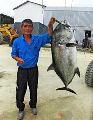南大東島で43キロのロウニンアジを釣った白根正さん=7日