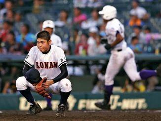 興南-関東第一 9回表、関東第一・オコエ(右)に決勝の2点本塁打を浴び、しゃがみ込む興南・比屋根雅也=甲子園