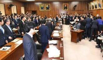 野党議員らが委員長席に詰め寄る中、「共謀罪」の趣旨を盛り込んだ組織犯罪処罰法改正案を可決した衆院法務委=19日午後