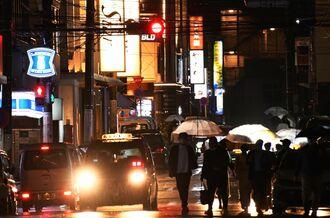 県の時短要請が始まったが、那覇市松山では午後8時以降も明かりがともり人出も多かった=22日午後8時18分