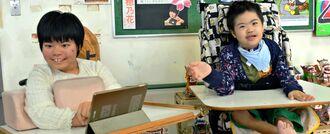 特賞に輝いた仲村穂乃花さん(左)と写真のモデルになった宮城光希さん=14日、名護市の県立桜野特別支援学校
