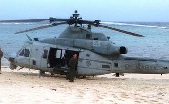 砂浜に不時着した米軍UH1ヘリ=6日午後、うるま市・伊計島(読者提供)